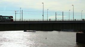 Ponte della città della siluetta, festa di fine settimana di traffico di automobile della gente del tram video d archivio