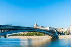 Ponte della metropolitana di Smolensly sopra il fiume di Mosca Immagine Stock Libera da Diritti