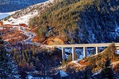 Ponte della montagna nell'inverno con neve e cielo blu Immagine Stock