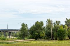 Ponte della strada che passa attraverso il campo fotografie stock libere da diritti