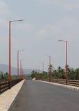 Ponte della strada con le iluminazioni pubbliche Fotografie Stock Libere da Diritti