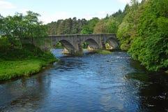 Ponte della strada sopra il fiume Oich vicino al canale caledoniano agli altopiani Scozia di Oich del lago Immagini Stock Libere da Diritti