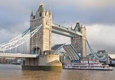 Ponte della torre aperto e barca che passa da parte a parte, Londra, Inghilterra Immagine Stock Libera da Diritti