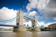 Ponte della torre con gli anelli olimpici durante Londra 2012 giochi olimpici Fotografie Stock Libere da Diritti