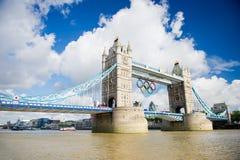 Ponte della torre con gli anelli olimpici a Londra Fotografia Stock Libera da Diritti