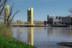 Ponte della torre dalla traccia della passeggiata del fiume Fotografie Stock