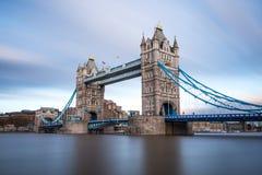 Ponte della torre di Londra attraverso il Tamigi Fotografia Stock