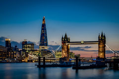 Ponte della torre e l'orizzonte di Londra del cielo al tramonto Fotografia Stock Libera da Diritti