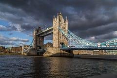 Ponte della torre e nuvole di tempesta Fotografia Stock