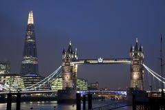 Ponte della torre ed il coccio a Londra alla notte Immagine Stock Libera da Diritti