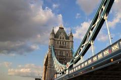 Ponte della torre ed il Tamigi, Londra, Regno Unito - angolo unico Immagini Stock Libere da Diritti