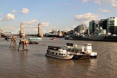 Ponte della torre, il Tamigi, barche sul rive Immagine Stock Libera da Diritti