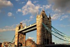 Ponte della torre, Londra, Inghilterra con il cielo nuvoloso Immagine Stock Libera da Diritti