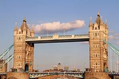 Ponte della torre, Londra, Inghilterra un giorno soleggiato Immagine Stock