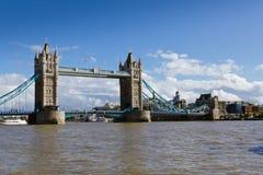 Ponte della torre sotto un cielo blu Immagini Stock Libere da Diritti