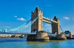 Ponte della torre un giorno soleggiato luminoso in primavera Immagini Stock Libere da Diritti