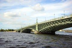 Ponte della trinità attraverso il fiume di Neva Fotografia Stock