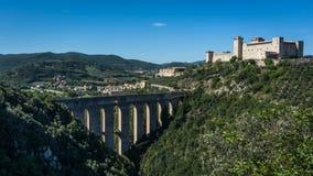 Ponte delle Torri和Rocca Albornoziana,斯波莱托,翁布里亚,意大利 免版税库存图片