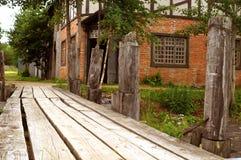 A ponte desmoronada de madeira velha fotografia de stock