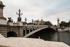 Ponte di Alexandre III e grande Palais a Parigi con la bandiera francese Fotografie Stock