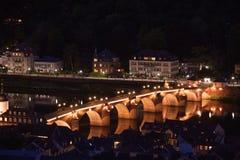 Ponte di Alte Brucke a Heidelberg durante la notte Immagini Stock