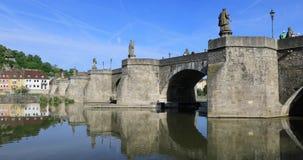 Ponte di Alte Mainbrucke a Wurzburg, Germania stock footage