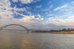 Ponte di Angwa attraverso il fiume di Irrawaddy fotografie stock