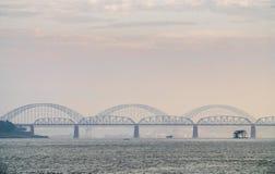 Ponte di Angwa attraverso il fiume di Irrawaddy immagine stock