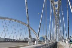 Ponte di Arkhar sopra il fiume di Išim esteriore a Astana, il Kazakistan immagine stock