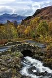 Ponte di Ashness nel flusso Fotografia Stock
