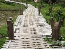 Ponte di bambù del monaco buddista immagini stock libere da diritti