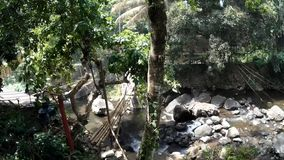 Ponte di bambù sopra il fiume della montagna stock footage