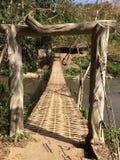Ponte di bambù tessuto sulla corrente della Tailandia Immagine Stock