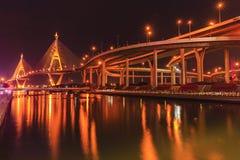 Ponte di Bhumibol alla notte immagine stock