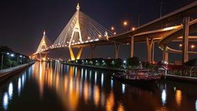 Ponte di Bhumibol attraverso Chao Phraya River Immagini Stock