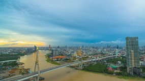 Ponte di Bhumibol attraverso il fiume di Cho Phraya Immagine Stock Libera da Diritti