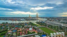 Ponte di Bhumibol attraverso il fiume di Cho Phraya Immagini Stock