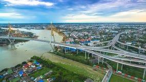 Ponte di Bhumibol attraverso il fiume di Cho Phraya Fotografia Stock Libera da Diritti