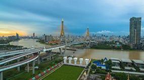 Ponte di Bhumibol attraverso il fiume di Cho Phraya Fotografie Stock Libere da Diritti