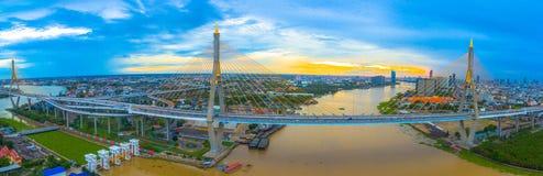 Ponte di Bhumibol attraverso il fiume di Cho Phraya Immagini Stock Libere da Diritti