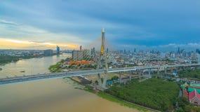 Ponte di Bhumibol attraverso il fiume di Cho Phraya Fotografia Stock