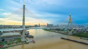 Ponte di Bhumibol attraverso il fiume di Cho Phraya Fotografie Stock