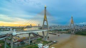 Ponte di Bhumibol attraverso il fiume di Cho Phraya Immagine Stock