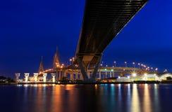 Ponte di Bhumibol di scena di notte, Bangkok, Tailandia fotografie stock libere da diritti