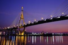 Ponte di Bhumiphol a penombra fotografie stock