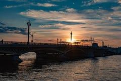 Ponte di Blagoveschensky, città di St Petersburg della Russia Tramonto di estate, sera fotografia stock libera da diritti