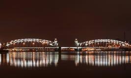 Ponte di Bolsheokhtinsky sopra Neva River a St Petersburg alla notte con illuminazione Immagine Stock Libera da Diritti
