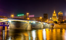 Ponte di Borodinsky a Mosca di notte Fotografia Stock Libera da Diritti