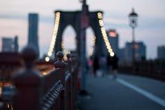 Ponte di Brooklyn alla notte Fotografie Stock