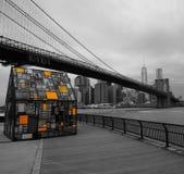 Ponte di Brooklyn con il giardino di vetro della casa Immagini Stock
